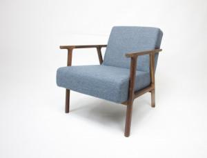 Moduss, model Easy. Een ranke, elegante houten fauteuil in beide winkels aanwezig